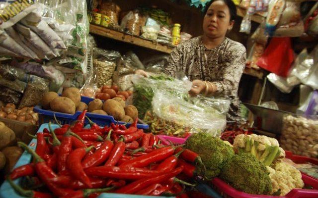 Pedagang sembako menjajakan dagangannya di Pasar Tradisional Bitingan, Kudus, Jateng, Rabu (17/12). Jelang Natal dan Tahun Baru 2015 harga sembako di daerah ini mulai naik seperti beras dari Rp. 8 ribu menjadi Rp. 10 ribu per kg, cabai dari harga Rp. 50 ribu menjadi Rp. 65 ribu per kg dan telur ayam dari Rp. 18 ribu menjadi Rp. 22 ribu per kg. ANTARA FOTO/Andreas Fitri Atmoko/Rei/mes/14.