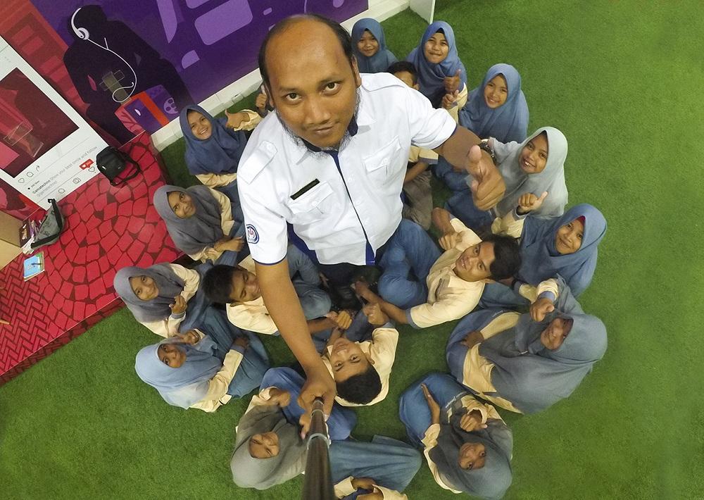 Pak Guru pendamping tak mau kalah eksis dengan teman-teman TKJ SMK Manba'ul 'Ulum Cirebon