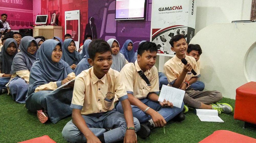 Teman-teman SMK Manba'ul 'Ulum Cirebon antusias bertanya di sesi diskusi