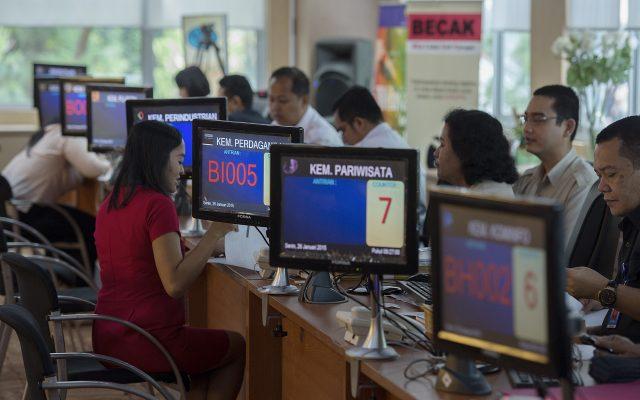 Petugas melayani calon investor di ruang Pelayanan Terpadu Satu Pintu (PTSP) Pusat di Gedung BKPM, Jakarta, Senin (26/1). Sebanyak 22 kementerian dan lembaga telah menempatkan petugas penghubungnya untuk melayani berbagai jenis perizinan di PTSP Pusat tersebut. ANTARA FOTO/Widodo S. Jusuf/Asf/Spt/15.